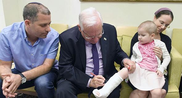 """ראובן ריבלין עם הילדה עדי יקיר חולת סרטן ה משבר ב הדסה, צילום: מארק ניימן לע""""מ"""