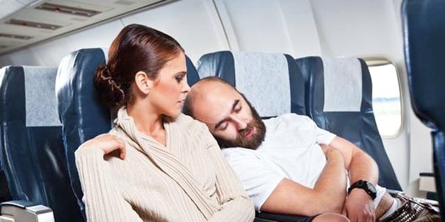 מעדיפים לשבת בטיסה ליד החלון או במעבר? מה זה אומר עליכם