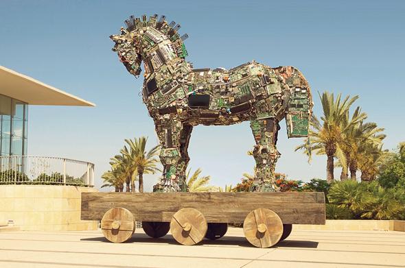 """הסוסים הטרויאנים ברחו מהאורווה. פסל בפתח כנס הסייבר של אוניברסיטת ת""""א"""