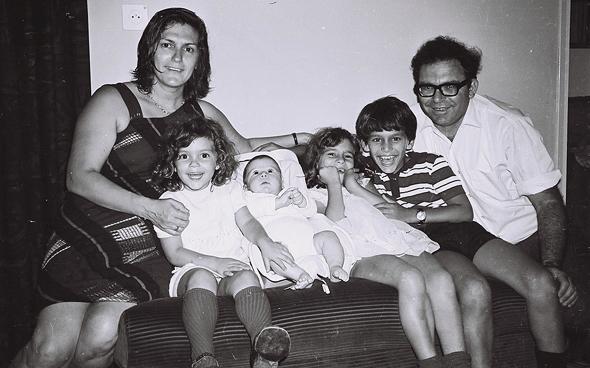 1974. אסנת לבציון בת ה־6 (באמצע) עם הוריה נחמיה ותרצה ואחיה שיקו (10), נגה (4) ואבנר (חצי שנה), בירושלים
