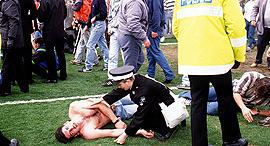 אוהד ליברפול ושוטר, צילום: איי אף פי