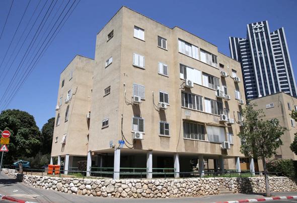 """הבניין ברחוב הצנחנים בתל אביב שנמצא בפני פינוי־בינוי. ישראלה רינגהאם לוי, בעלת דירה בבניין: """"לא בהכרח בוחרים את היזם שמציע הכי הרבה שטח"""""""