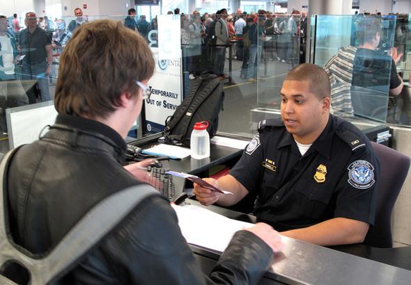 ביקורת דרכונים בנמל התעופה קנדי בניו יורק