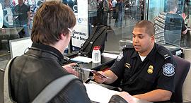 """שירות ההגירה ארה""""ב  ביקורת דרכונים נמל תעופה קנדי ניו יורק , צילום: ויקיפדיה"""