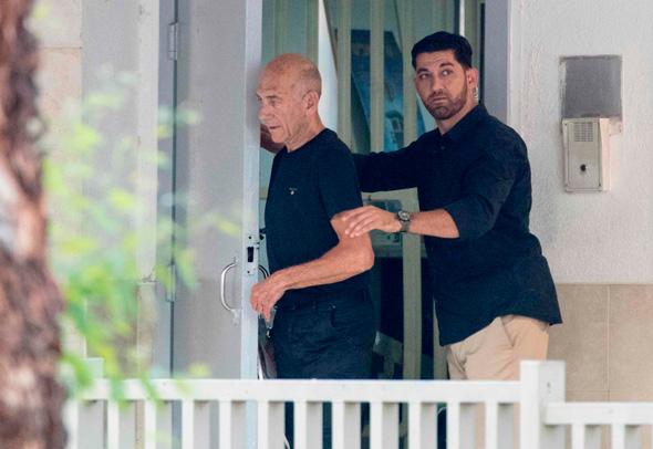 אהוד אולמרט השתחחר מהכלא 1, צילום: איי אף פי