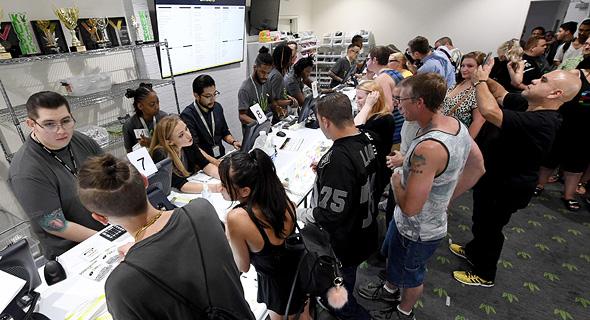 תורים בחנויות לממכר מריחואנה, צילום: איי אף פי