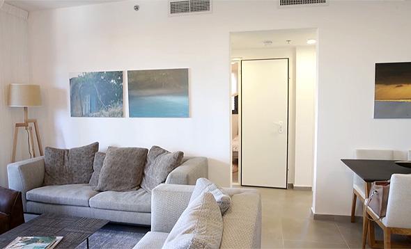 דירה להשכיר ברמת השרון. 4 חדרים עם מחסן חנייה ודמי ניהול - 5,270 לזכאי משרד השיכון, 6,200 לשוכרים בשוק החופשי