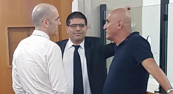 """מימין: מוטי בן ארי וסנגוריו: עו""""ד ירון אלכאווי ועו""""ד ארז הראל"""