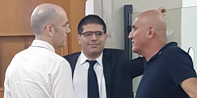 """מימין: מוטי בן ארי וסנגוריו: עו""""ד ירון אלכאווי ועו""""ד ארז הראל, צילום: תומר גנון"""