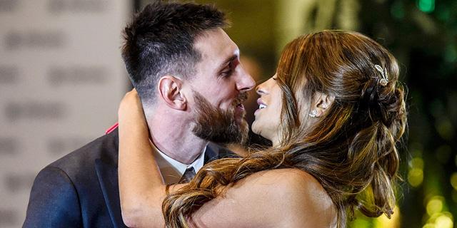 """מסי עם אישתו. 220 מיליון ליש""""ט מברצלונה, צילום: איי אף פי"""