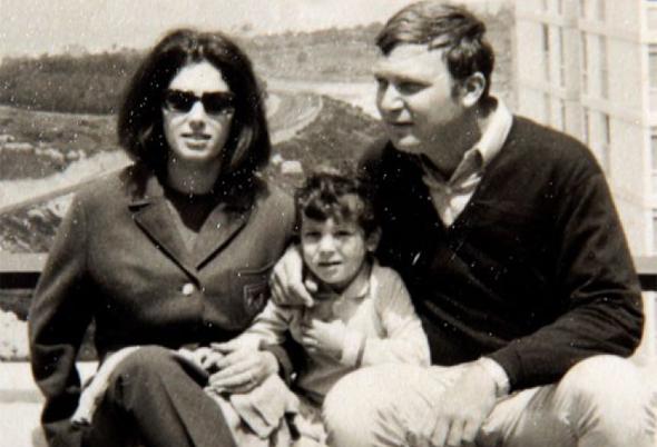 """יוסי פרשקובסקי עם הוריו, ממשפחת המייסדים של ראשון לציון.  """"העדיפו לגדל בניינים על תפוזים"""""""