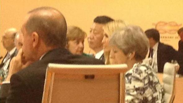 איוונקה טראמפ בכיסא של אביה בדיון ב המבורג