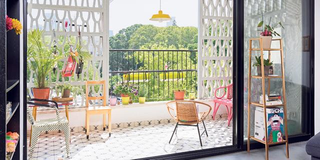 תלויה ועומדת: המרפסת היא חוליית הקישור היפהפייה בין הבית לעולם