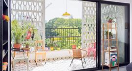"""מגזין נדל""""ן 12.7.17 תלויה ועומדת מרפסת משרבייה דירה תל אביב, צילום: שי אפשטיין"""