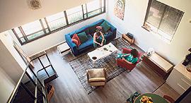 מבט מהגלריה אל הסלון, צילום: תומי הרפז