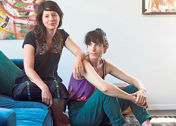 מימין: מעצבת הפנים שלומית סלוין ומירה כרמלי-אוחובסקי, צילום: תומי הרפז