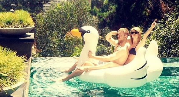 טיילור סוויפט ו קלווין האריס על ברבור מתנפח בבריכה, צילום: Taylor Swift