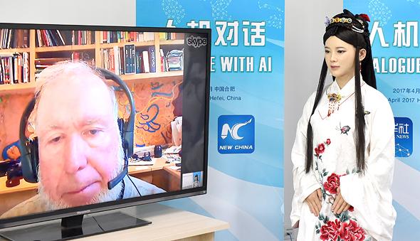 """קלי משוחח עם Jia Jia, רובוטית סינית בעלת יכולת תנועה והבעות פנים. """"אנחנו מציידים את המכשירים שלנו בחושים כדי שהם יידעו אם אנחנו במצב רוח טוב ויגיבו אלינו ברגישות, כפי שהיינו מצפים מחבר טוב"""""""