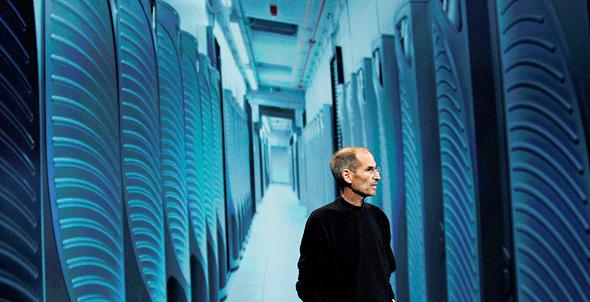 """סטיב ג'ובס בחוות שרתים של אפל. """"כמויות עצומות של תוכן על עצמנו זורמות לענן. בינה מלאכותית תיתן לו משמעות ותתקשר למעננו עם האינטליגנציות של אנשים אחרים ובינות מלאכותיות אחרות"""""""