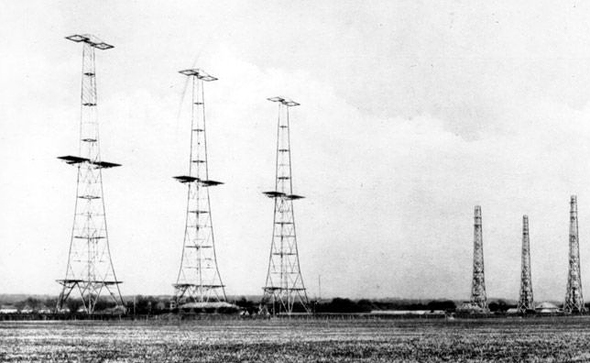 """אנטנות רשת המכ""""מים הבריטית Chain Home, שהופעלה במלחמת העולם השנייה"""