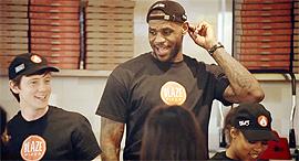 """לברון ג'יימס. """"מי לא אוהב פיצה?!"""", צילום מסך: Youtube"""