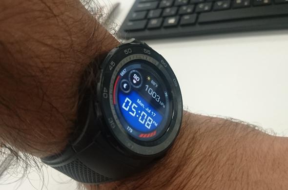 פני השעון בסגנון דיגיטלי