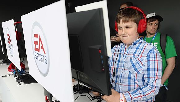 ילד משחק משחק מחשב של EA ספורטס, צילום: איי אף פי