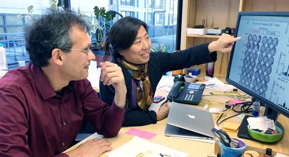 """פרופ' הכהן ואשתו פרופ' וו בוחנים תוצאות של בדיקות אימונולוגיות של משתתפי הניסוי. """"המטרה היא להגיע למצב שבו נדע לשלוט בסרטן כמו שאנחנו שולטים באינפקציות"""""""