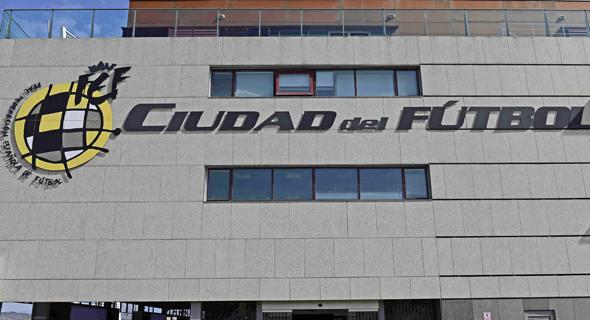 משרדי ההתאחדות לכדורגל בספרד. וייאר עצור ביחד עם בנו, גורקה ועסקנים אחרים בהתאחדות לכדורגל הספרדית. הם עצורים כחלק מעבודה של צוות מיוחד שעוסק בשחיתות בספורט וקיבל את המדנט מהרשויות הספרדיות.