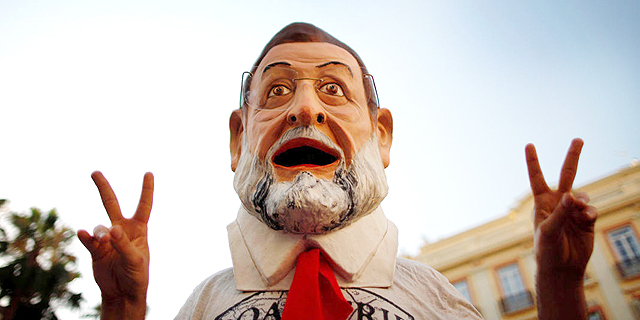אקטיביסט בדמותו של ראש ממשלת ספרד מריאנו רחוי