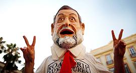 אקטיביסט בדמותו של ראש ממשלת ספרד מריאנו רחוי, צילום: רויטרס
