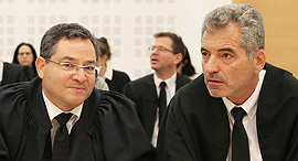 """מימין עוה""""ד רם דקל ו רונן עדיני בית משפט מחוזי לוד תביעה יצוגית נגד אי די בי, צילום: אוראל כהן"""