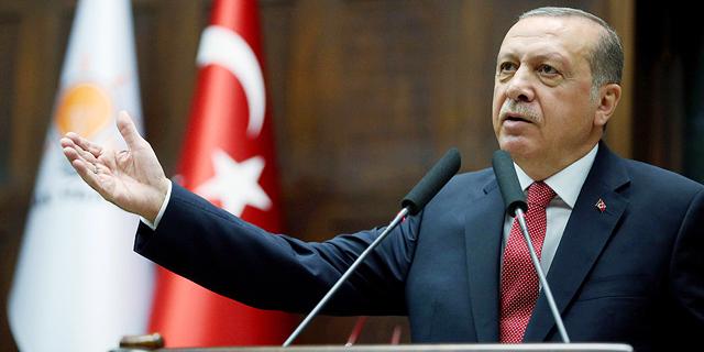 הלירה הטורקית מתרסקת ב-16% מול הדולר אחרי החרפת הצעדים הכלכליים נגד אנקרה