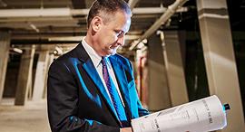 """מוסף שבועי 27.7.17 מתן TORAH סטיב גרין במהלך בניית מוזיאון התנ""""ך ב וושינגטון, צילום: גטי אימג'ס"""