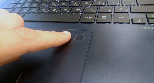 סורק טביעות האצבע שמוטמע במשטח העכבר, צילום: ניצן סדן