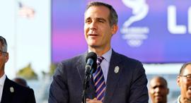 אריק גארסטי ראש העיר לוס אנג'לס עם שלט של האולימפיאדה בעיר, צילום: איי פי איי
