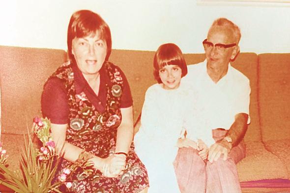 1977. מיכל הלפרין בת ה-11 עם הוריה הנס וחנה, בבית המשפחה בירושלים
