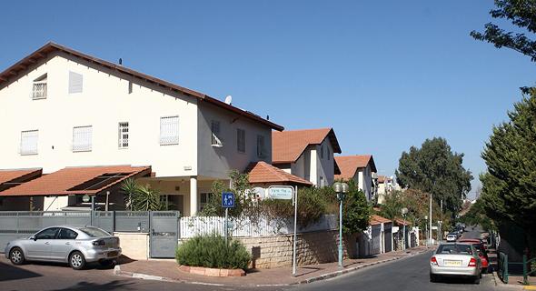 בתים צמודי קרקע בהוד השרון. בעלי בית מבוגרים עשויים להינות מהחוק