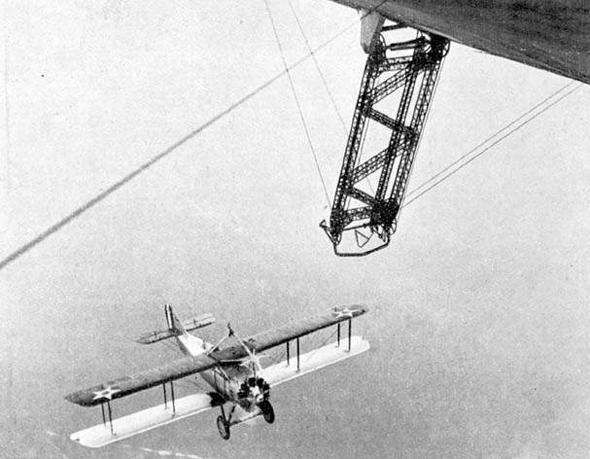 מטוס מגיע לנחיתה על נושאת מטוסים מעופפת