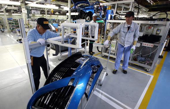 נשיא טויוטה אקיו טויודה במפעל החברה ביפן, צילום: בלומברג