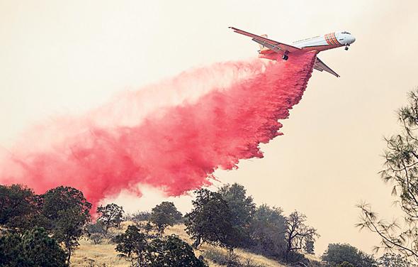 מטוס כיל משליך מעכבי בעירה בקליפורניה, צילום: איי אף פי