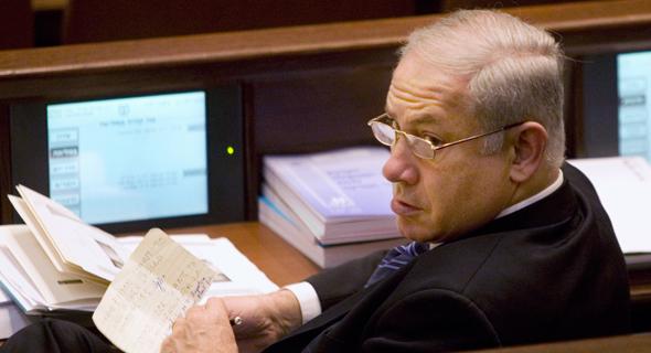 בנימין נתניהו מחזיק פתק שכתב ארי הרו בעניין רון לאודר 2009, צילום: איי פי