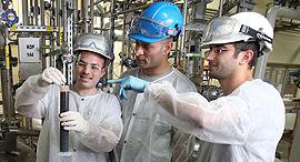 עובדים במפעל אנזימוטק ב מגדל העמק, צילום: אלעד גרשגורן