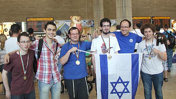 """נבחרת ישראל בנתב""""ג לאחר התחרות. מימין: ליעם, לב, אמוץ, עשהאל, עמרי, ניצן"""
