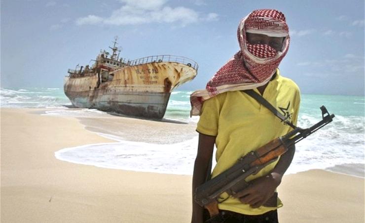 זה יכול היה להיגמר כך. פיראט בחופי סומליה על רקע תמונת אניה קוריאנית שנשדדה ונסחפה לחוף, צילום: AP