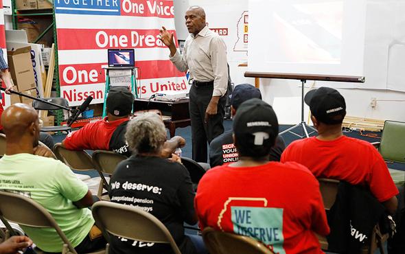 דני גלובר עם עובדי ניסאן במיסיסיפי, החודש. 45 מפעלים בעולם, צילום: איי פי