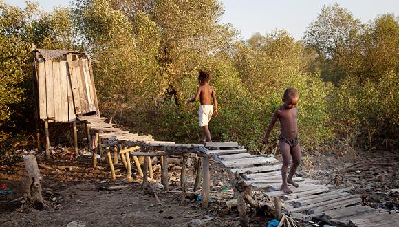 שירותי בור במדגסקר, צילום: WaterAid/Anna Kari