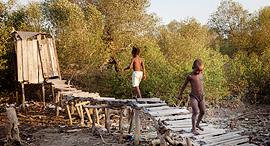 מוסף שבועי 17.8.17 להדיח את העתיד שירותי בור ב מדגסקר, צילום: WaterAid/Anna Kari