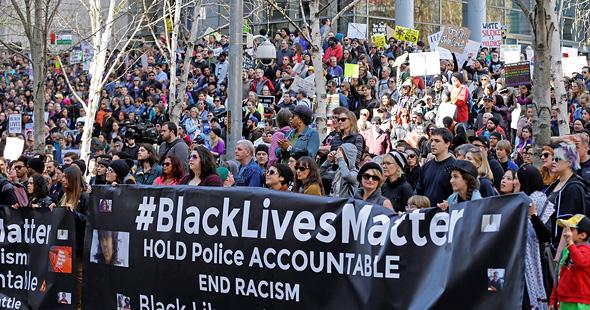 צעדת Black Lives Matter בסיאטל, אפריל 2017. מערכת הבחירות הביאה לשיא את המתח הבין־גזעי