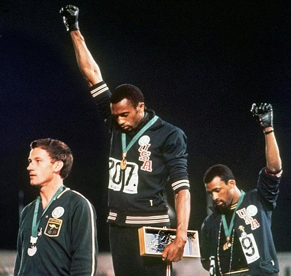 """האצנים קרלוס וסמית באולימפיאדת מקסיקו, 1968. """"הסכנה בקאפרניק היא שייתן השראה"""" , צילום: איי פי"""
